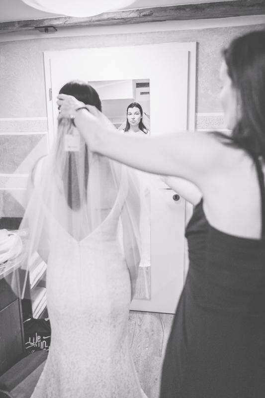 Braut beim Getting Ready im Scheelehof.