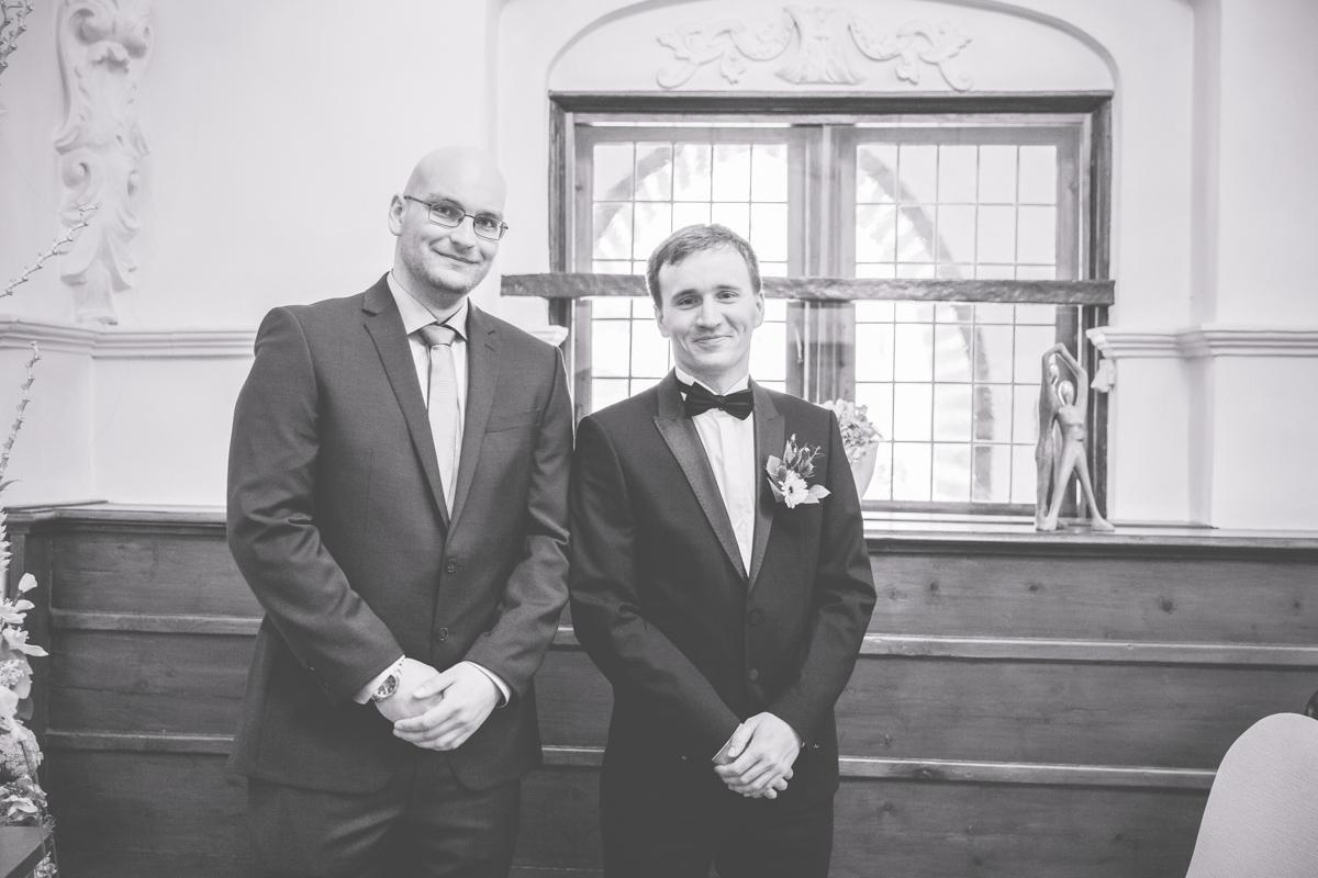 Bräutigam wartet im Stralsunder Rathaus auf seine Braut.