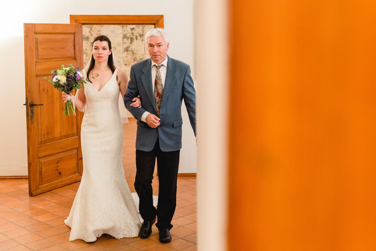 Braut wird vom Papa in den Trauraum geführt.
