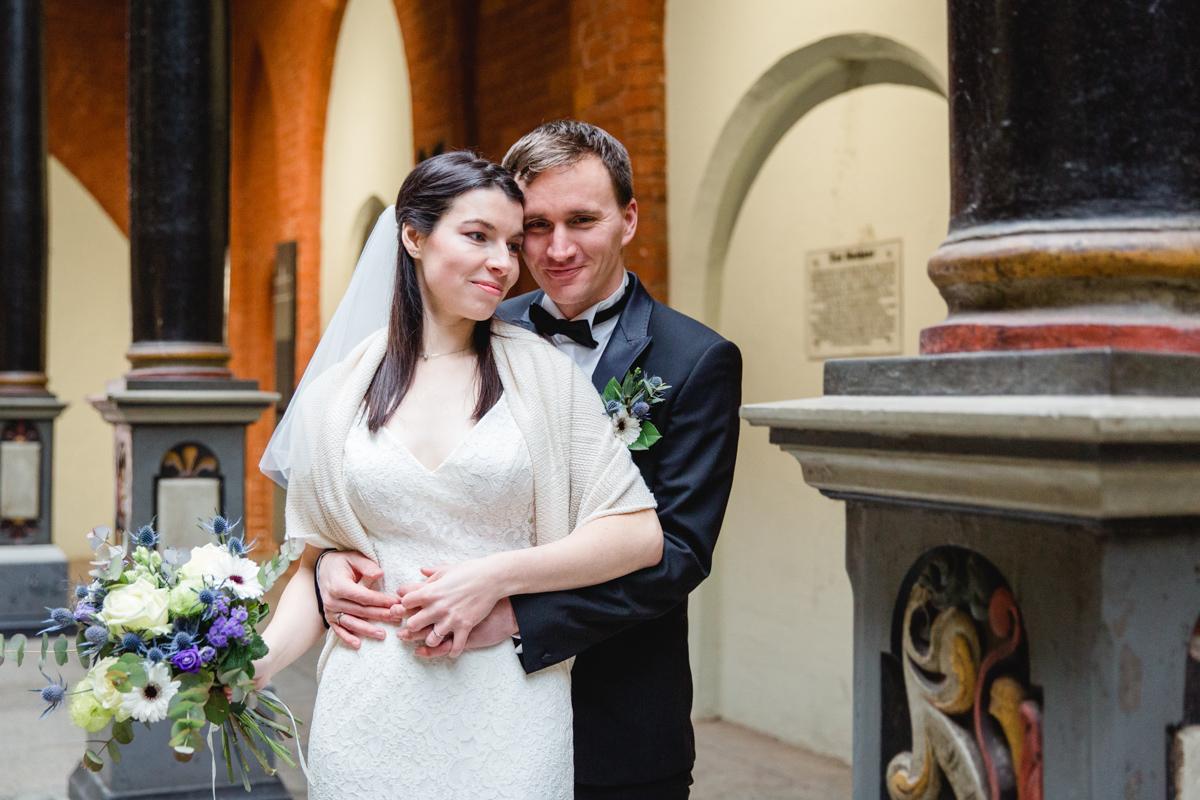Brautpaar beim Fotografieren am Stralsunder Rathaus.