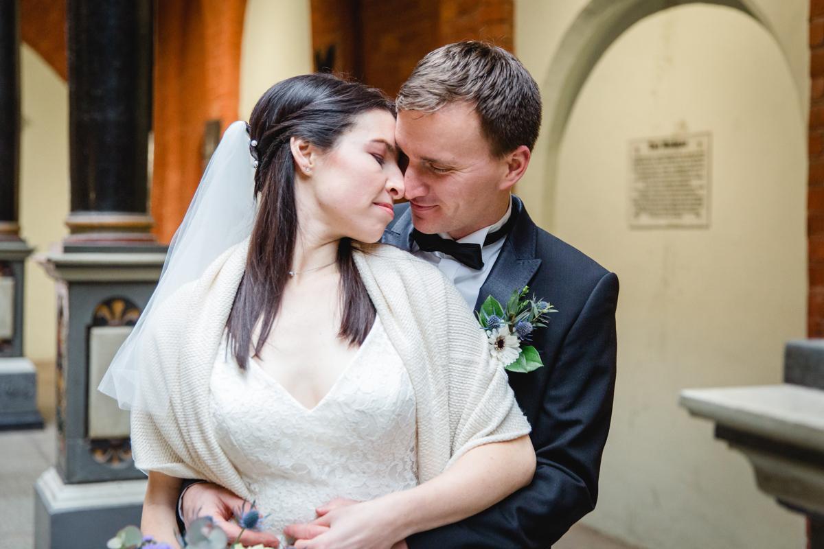 Brautpaar beim Fotoshooting in den Rathausarkaden in Stralsund.