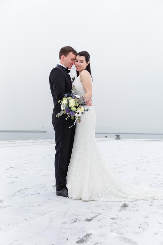 Brautpaar beim Fotoshooting im Schnee.