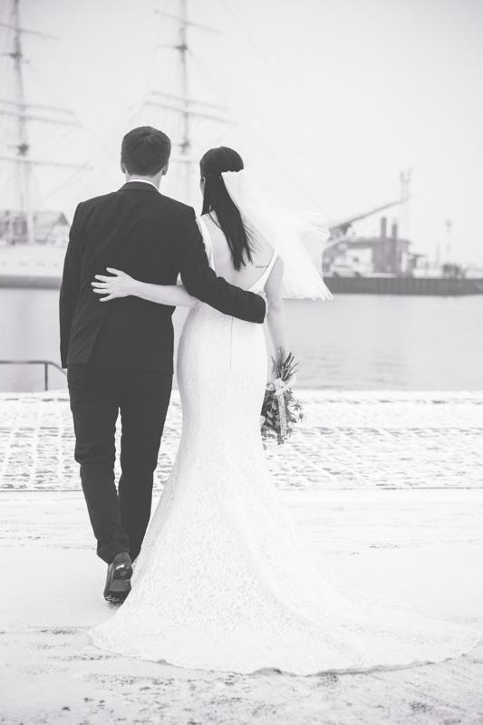 Brautpaarfotoshooting im Winter am Hafen von Stralsund.
