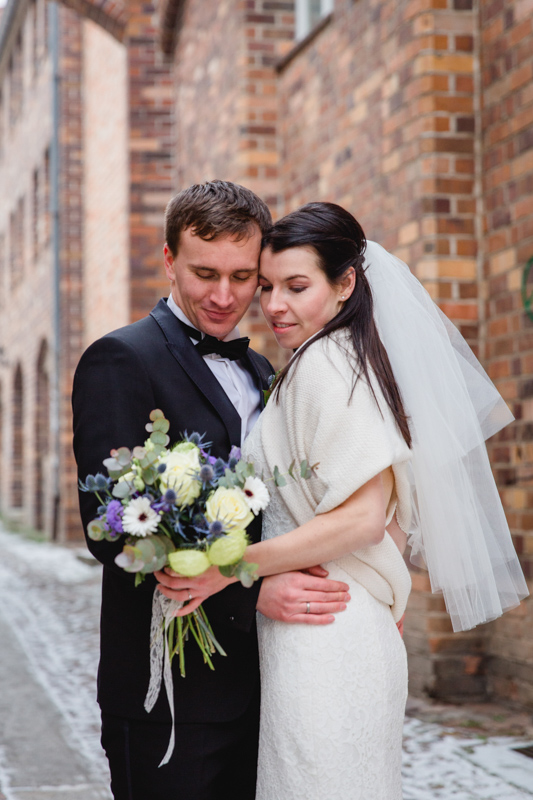 Brautpaar beim Fotografieren in der Altstadt.