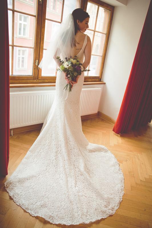 Braut im Hochzeitskleid.