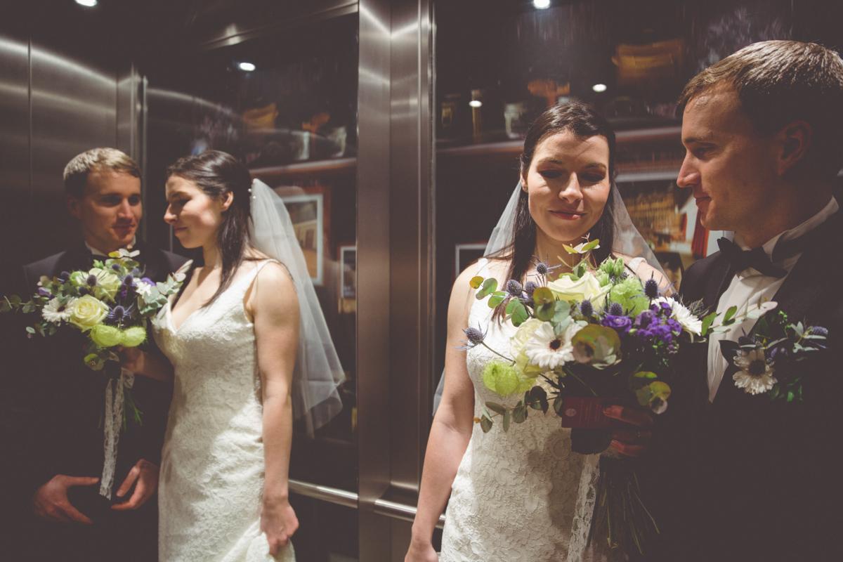 Hochzeitsfoto des Paares im Fahrstuhl.