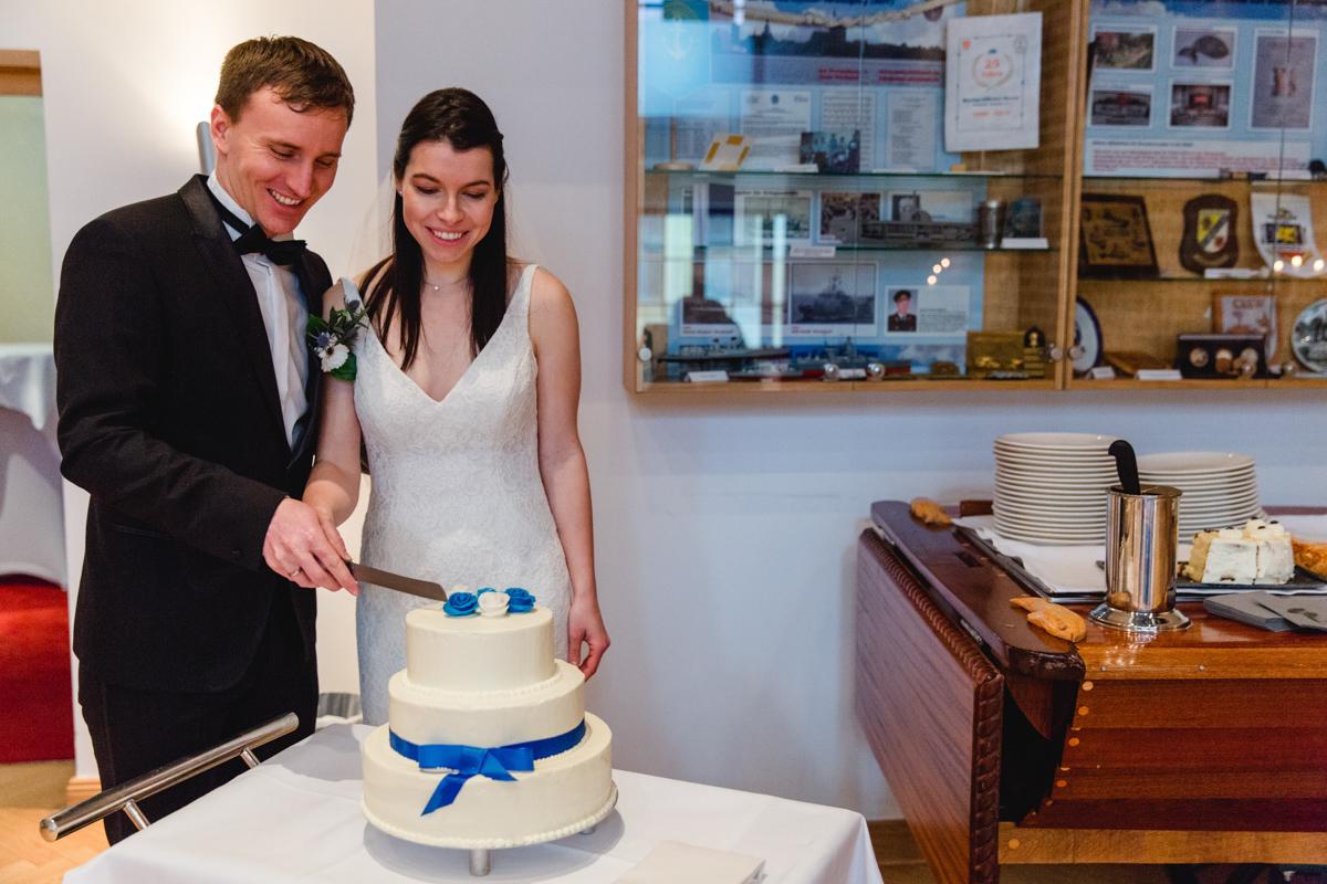 Anschnitt der Hochzeitstorte vom Ehepaar.