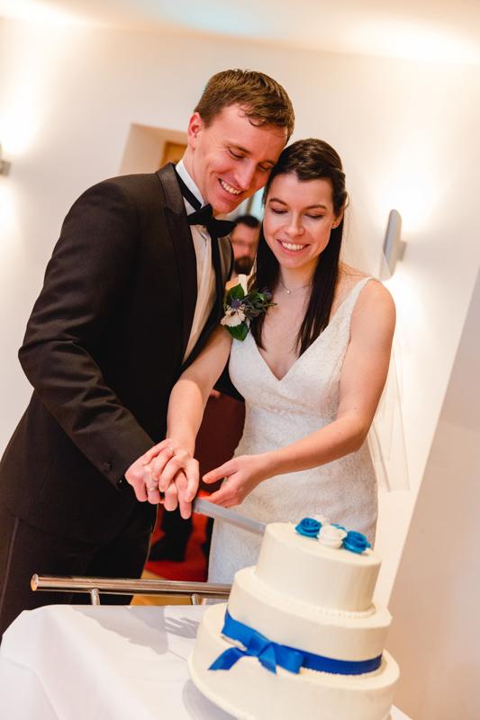 Hochzeitsfoto beim Anschneiden der Hochzeitstorte.