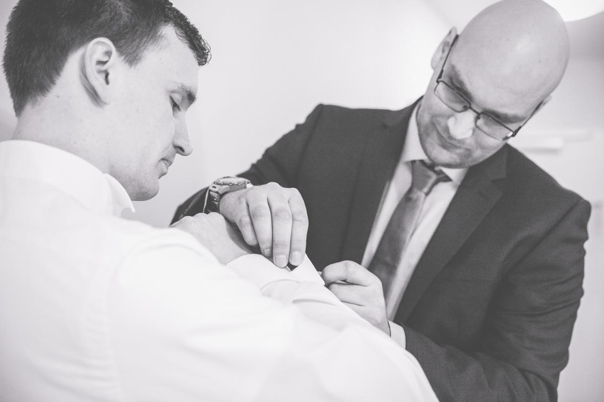 Als Fotografin begleite ich auch das Getting Ready des Bräutigams.