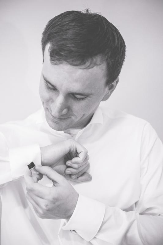 Hochzeitsfotografin fotografiert Bräutigam beim Getting Ready.