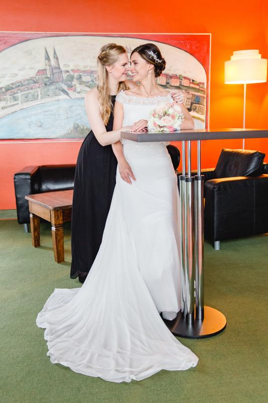 Getting Ready der Braut mit der besten Freundin.
