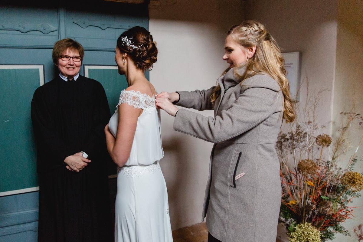 Letzte Brautvorbereitungen vor der kirchlichen Trauung.