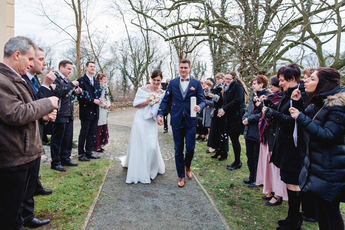 Auszug des Brautpaares aus der Kirche.