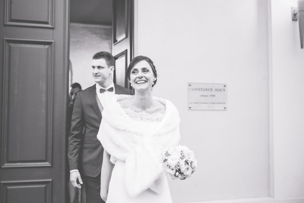 Schwarz weißes Foto des strahlenden Brautpaares.