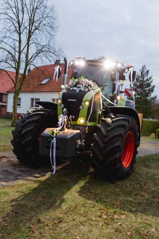 Der Traktor als Brautauto.