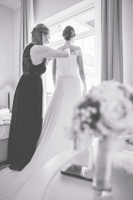 Trauzeugin hilft der Braut beim Getting Ready.