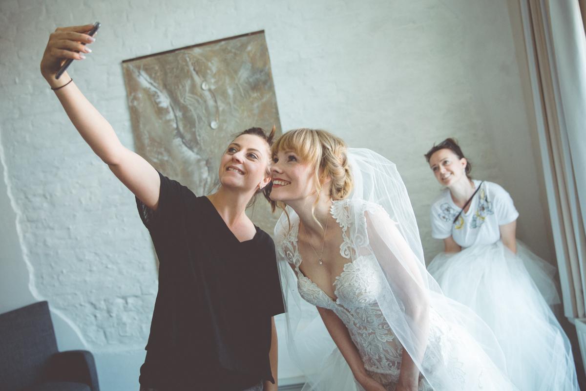 Foto mit der Braut, der Hochzeitsplanerin und der Stylistin.