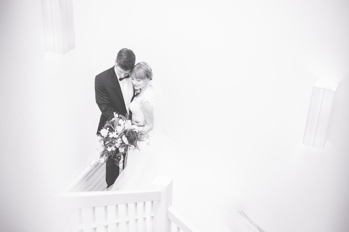 Schwarz weiß Aufnahme eines Brautpaares.