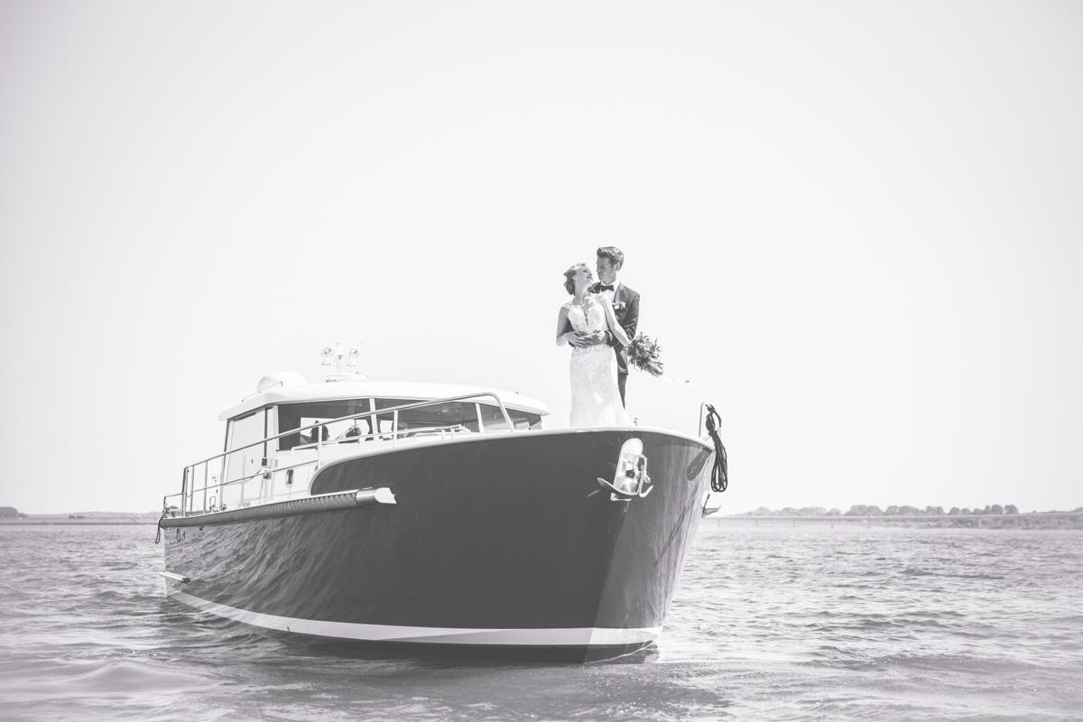 Brautpaarfotoshooting auf einer Motoryacht.