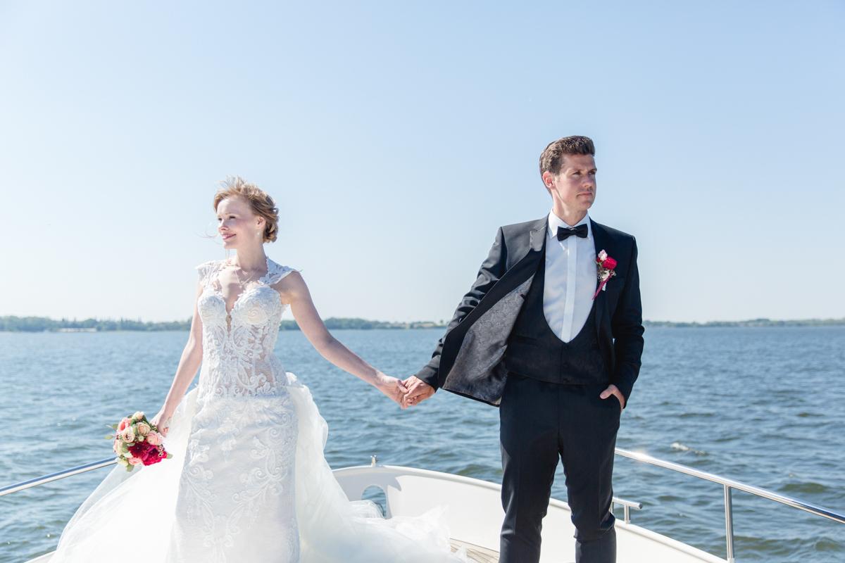 Braut und Bräutigam auf einem Schiff.