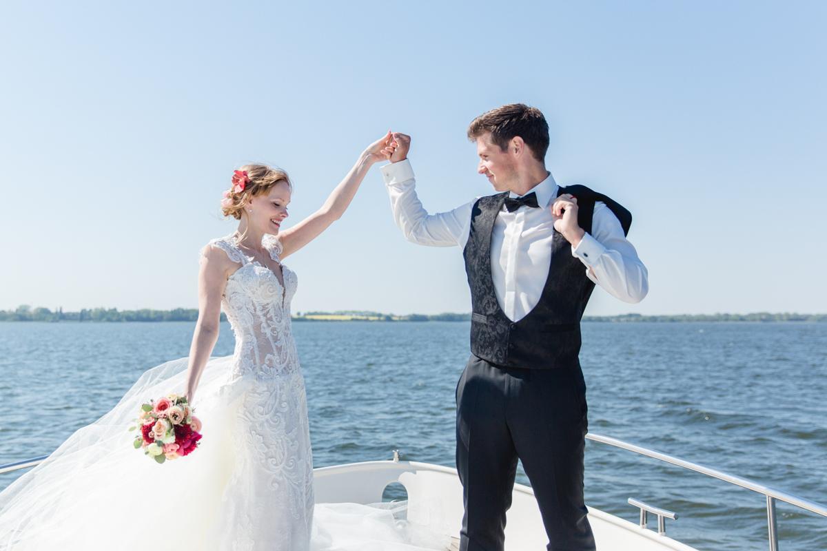 Tanzendes Brautpaar beim Fotoshooting.