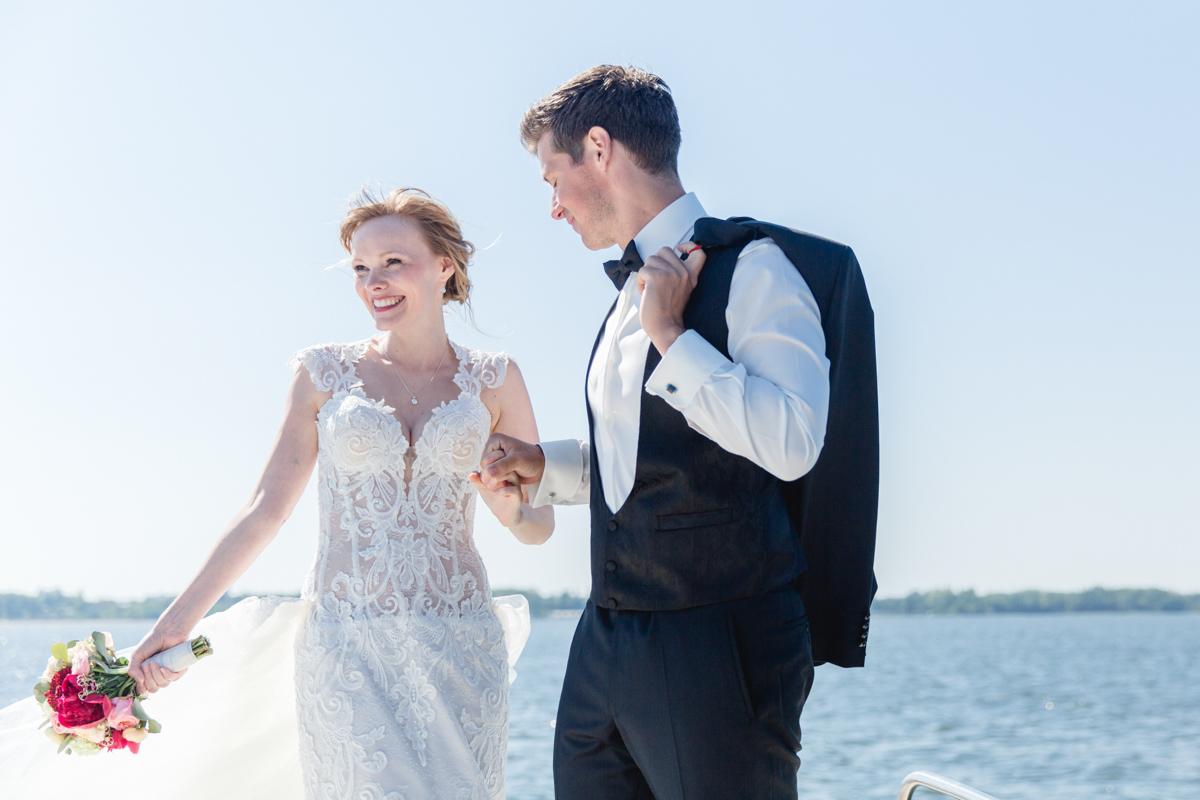 Hochzeitsfotos aufgenommen auf dem Wasser in Stralsund.