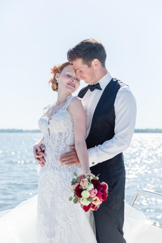 Verliebtes Brautpaar beim Fotoshooting.