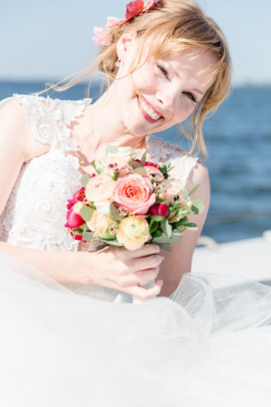 Hochzeitsfoto einer glücklichen Braut.