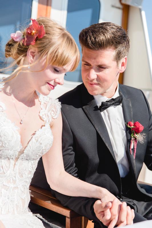 Verliebtes Brautpaar bei der Trauung.