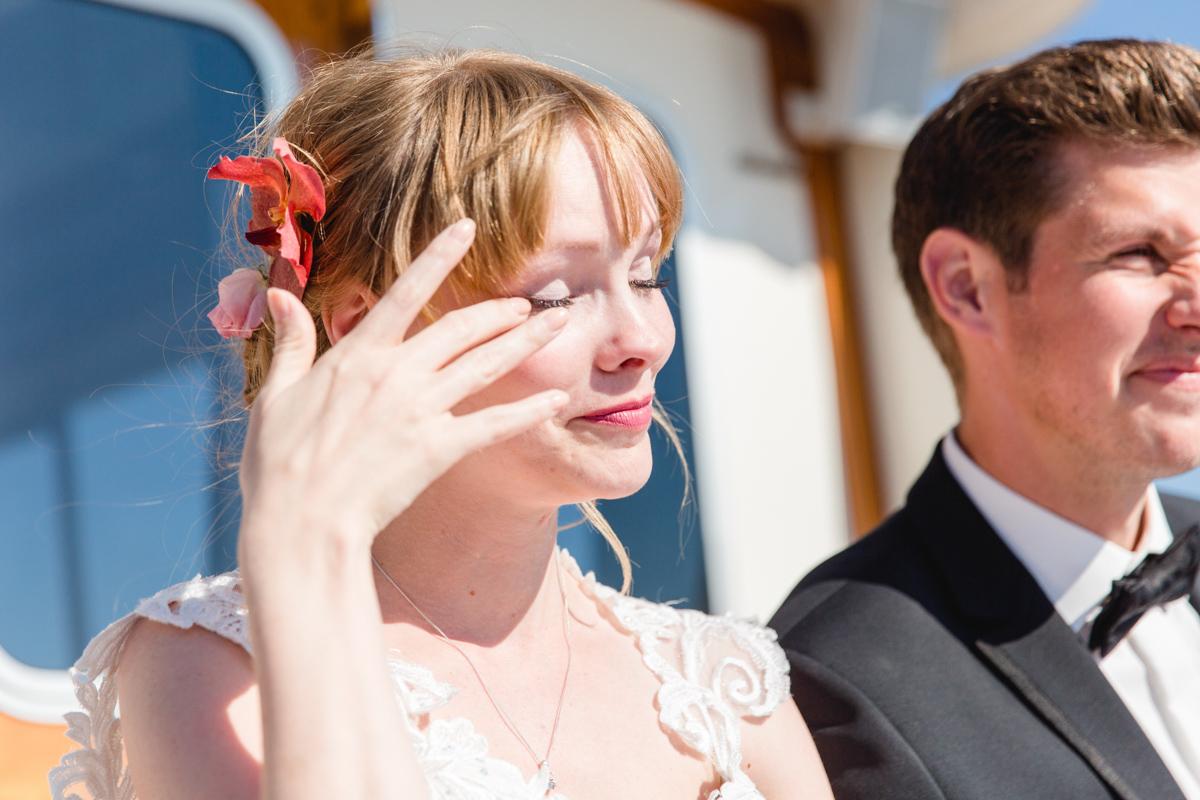 Braut weint bei der freien Trauung.