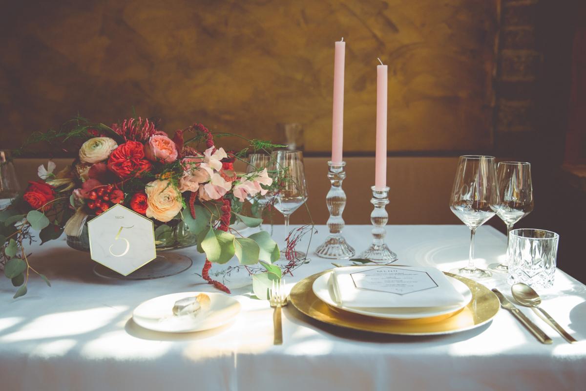 Hochzeitsfoto des gedeckten Hochzeitstisches.