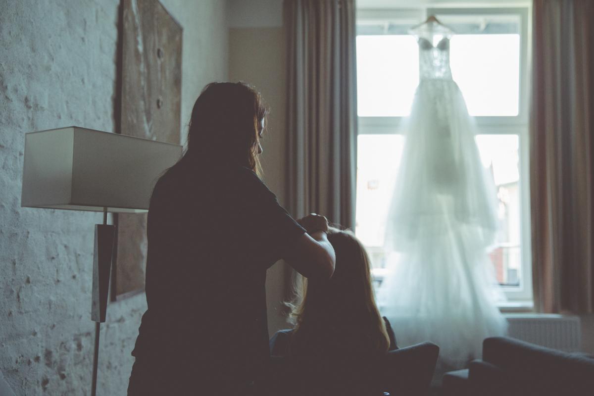 Braut mit der Stylistin am Hochzeitsmorgen.
