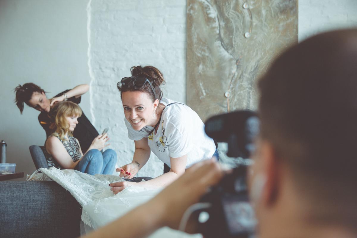 Videograf und Hochzeitsplanerin bei der freien Trauung in Stralsund.