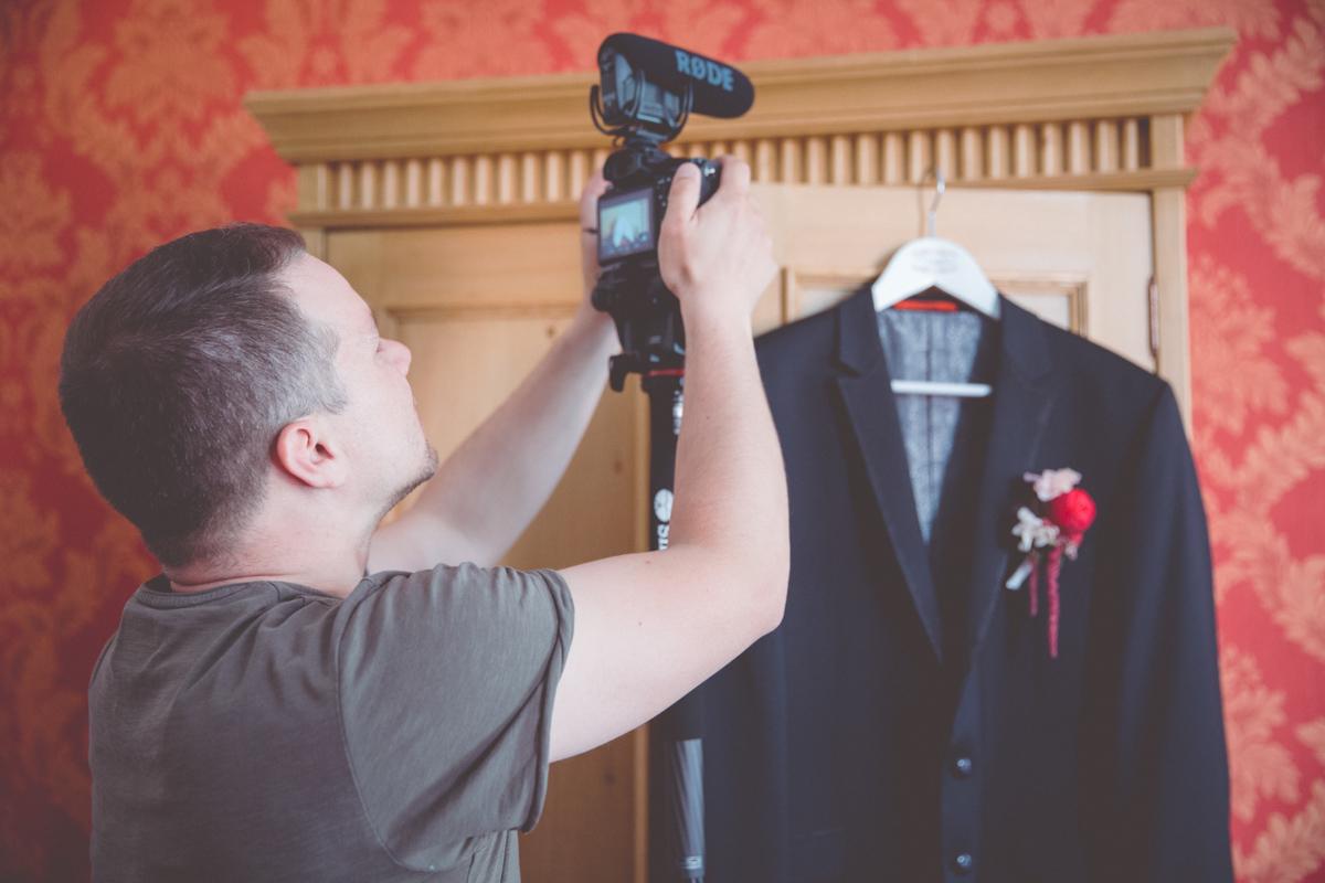 Hochzeitsanzug fotografiert im Hotelzimmer des Scheelehofes in Stralsund.