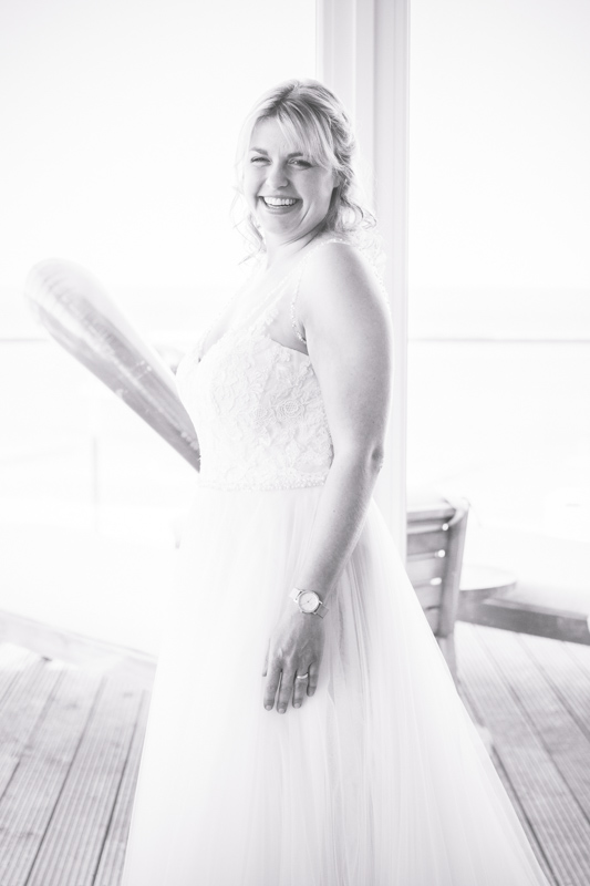 Das Anziehen des Hochzeitskleides.