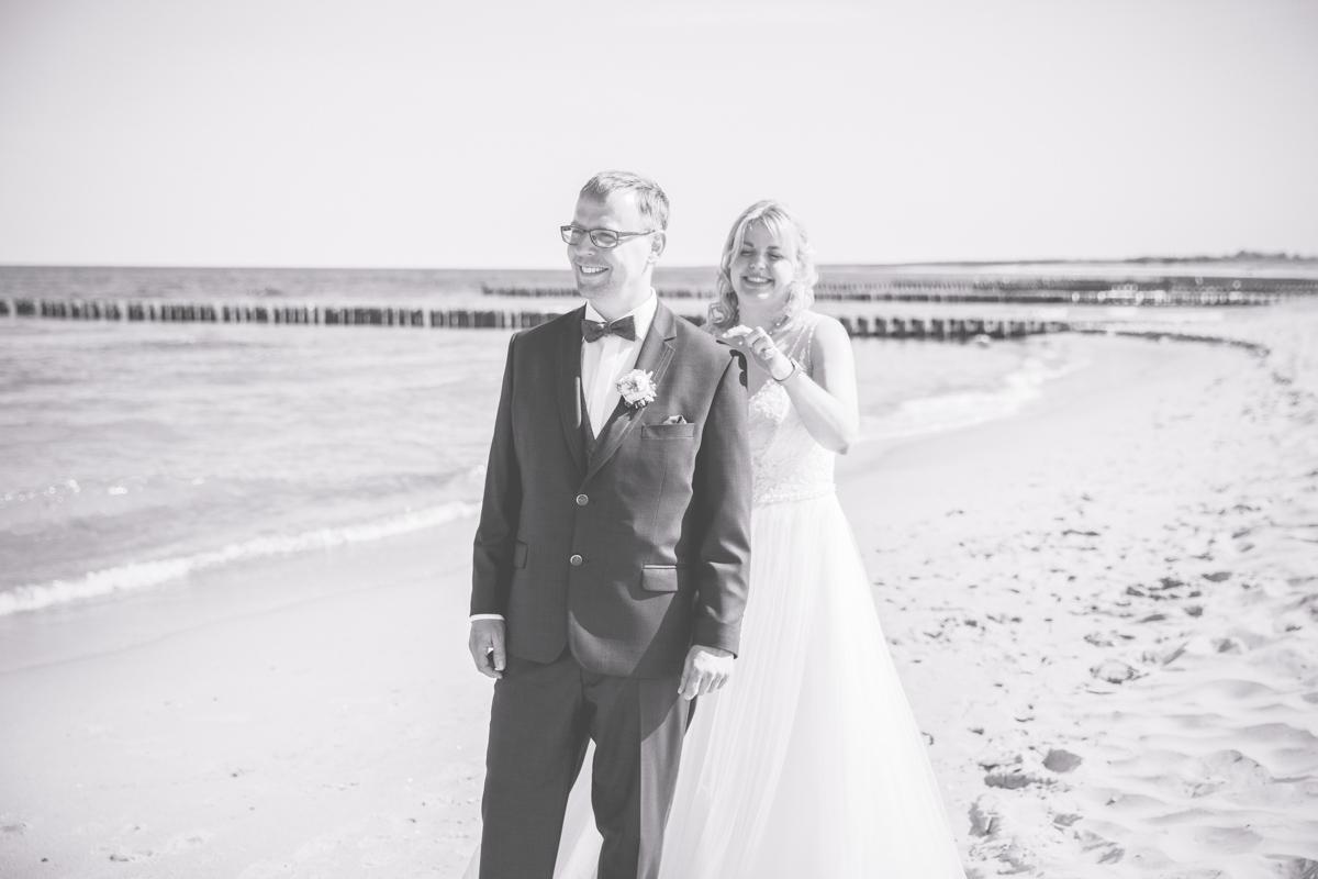 First Look von Braut und Bräutigam am Strand.