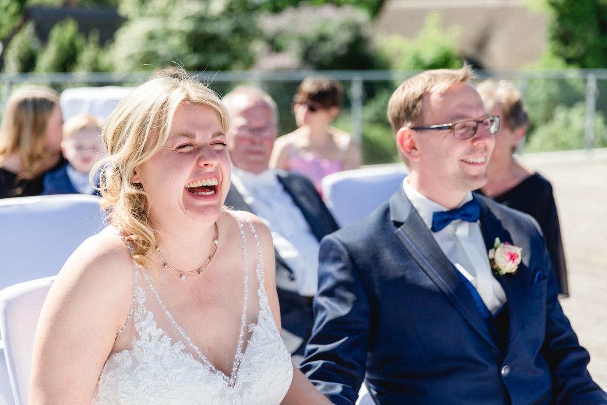 Fröhliches Brautpaar.