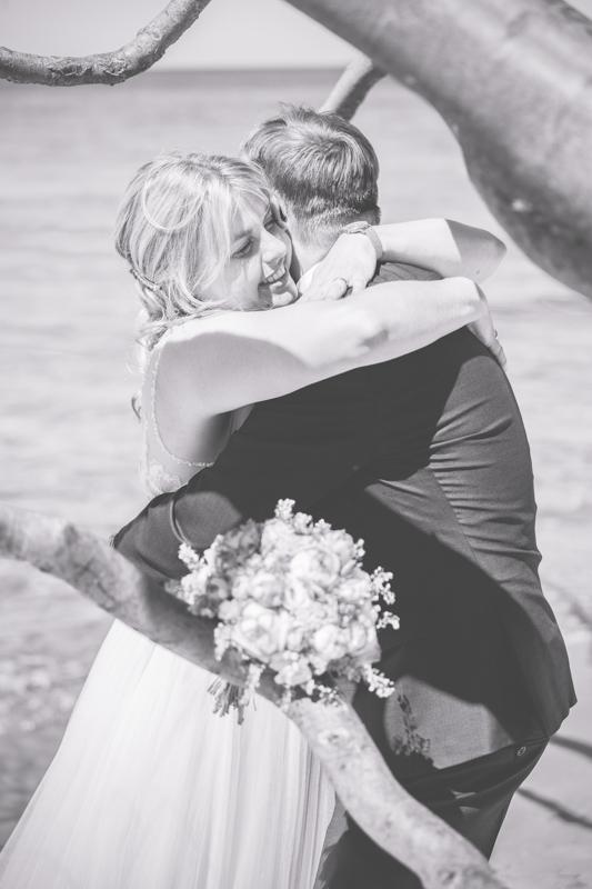 Kuschelndes Brautpaar.