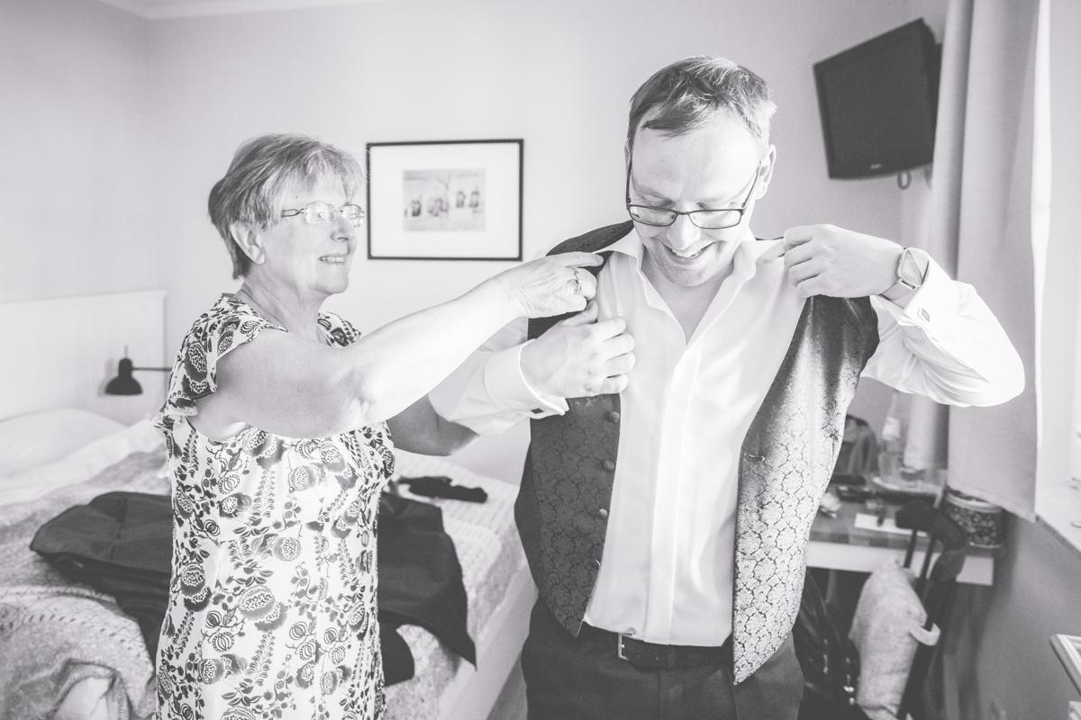 Bräutigam bereitet sich auf die Hochzeit vor.