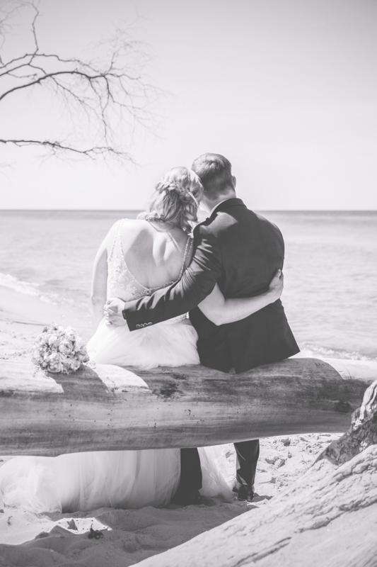 Brautpaar schaut gemeinsam aufs Meer.