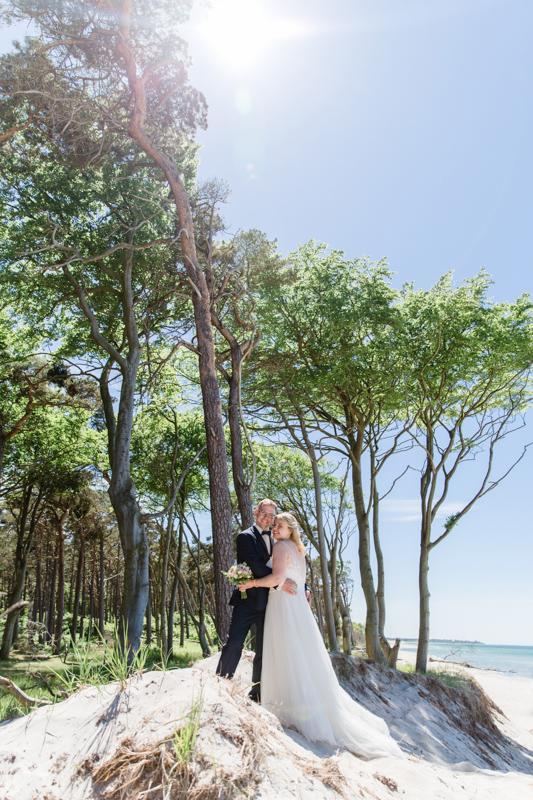 Ausgefallene Hochzeitsfotos mitten am Strand.