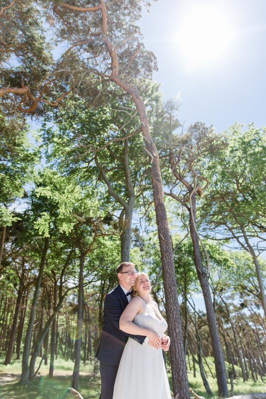 Die Hochzeitsfotografin Rostock geht mit dem Paar gern zum Shooting an den Weststrand.