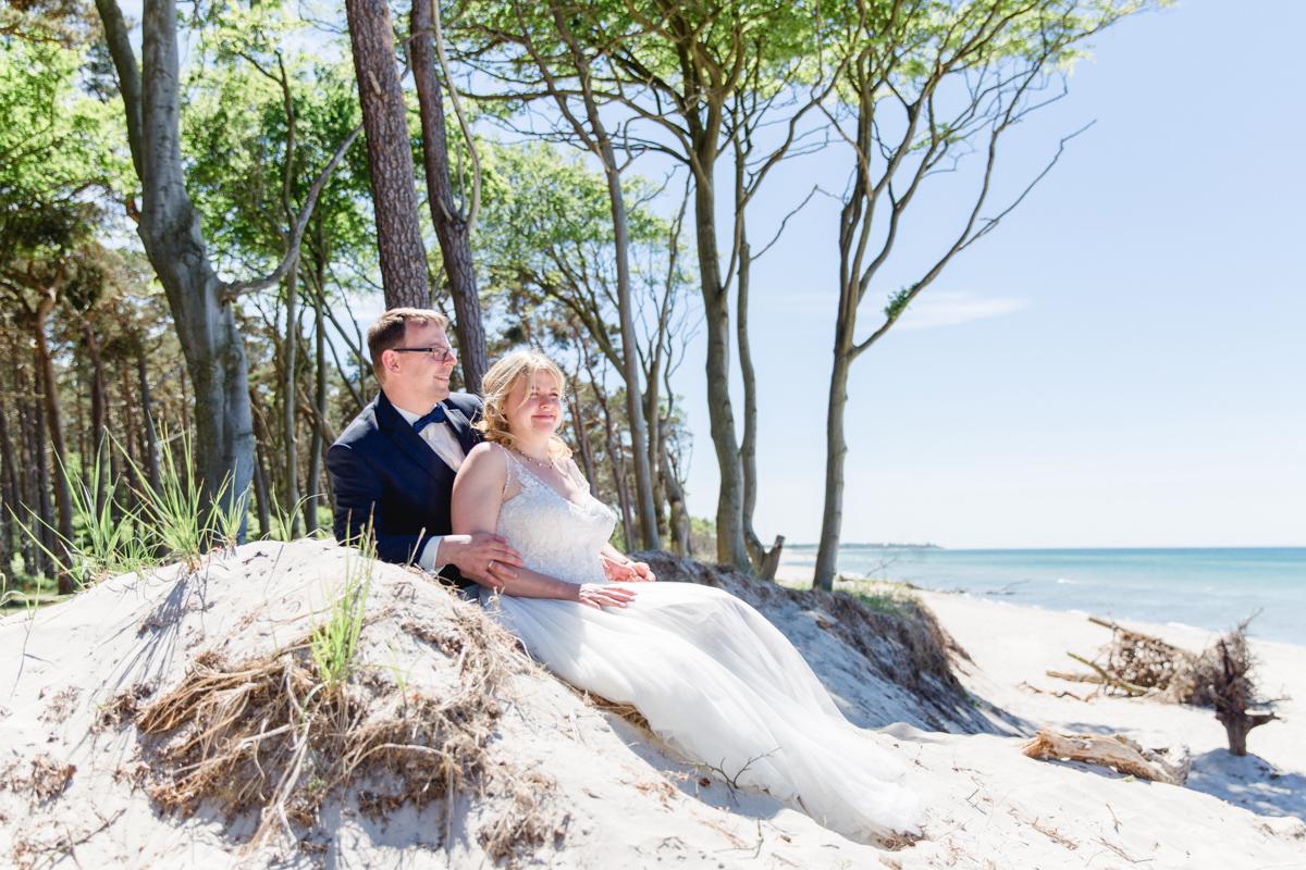 Hochzeitsfotos am Strand aufnehmen.