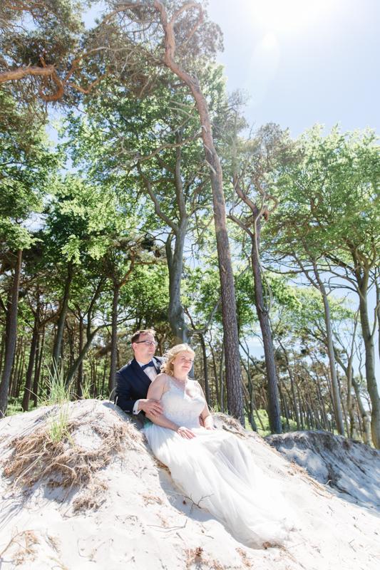 Emotionale Hochzeitsfotos am einsamen Strand.