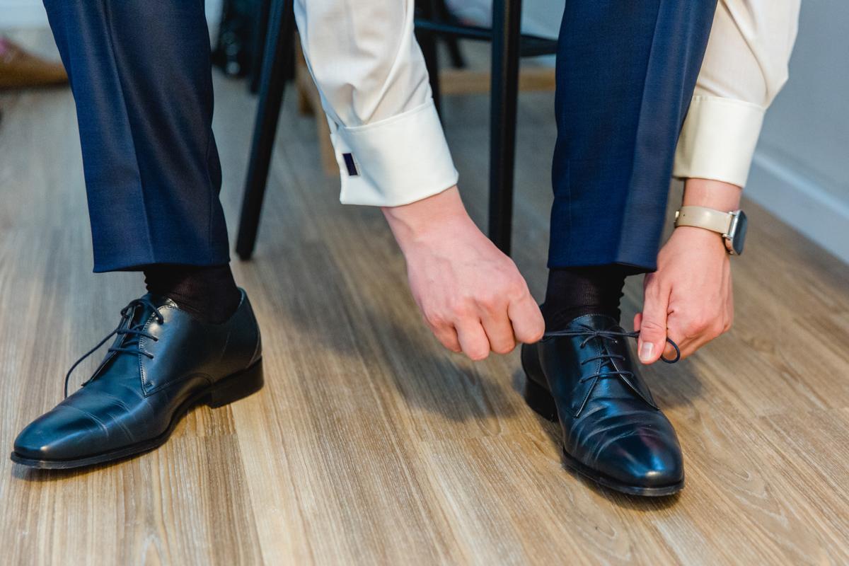 Getting Ready des Bräutgams fotografiert von der Hochzeitsfotografin.