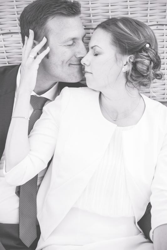 Verliebtes Brautpaar am Strand.