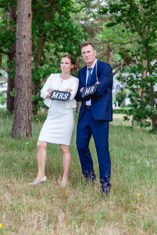 Hochzeitsfotos mit Schildern.