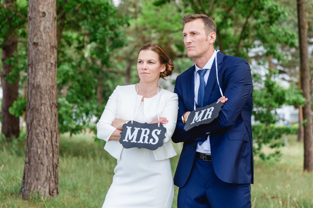 Hochzeitsfoto mit Mr und Mrs Schild.