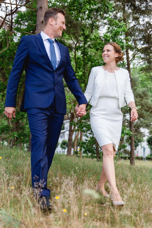 Hand in Hand läuft das Brautpaar.