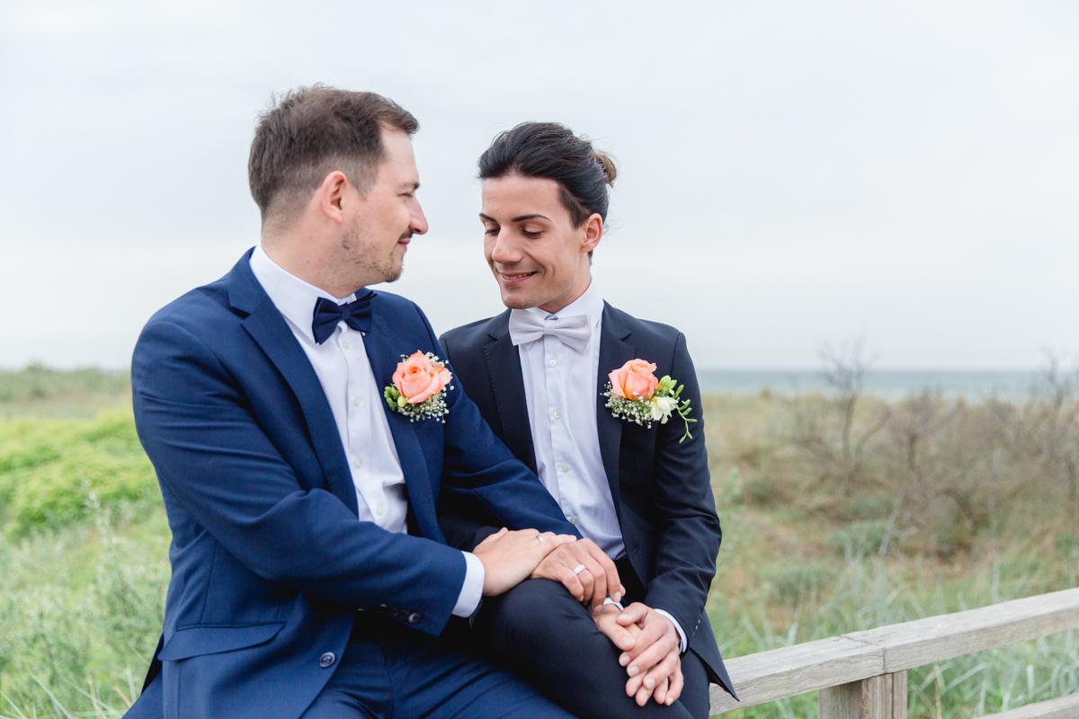 Zwei Männer heiraten.